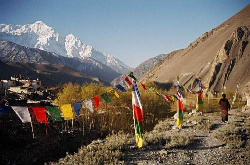 Nepal_nilgiri_flags_woman