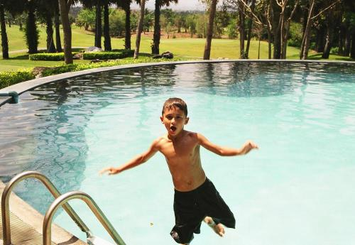 Siam_jumpin_pool_boy